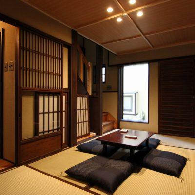 Стол в гостиной в японском виде на фото