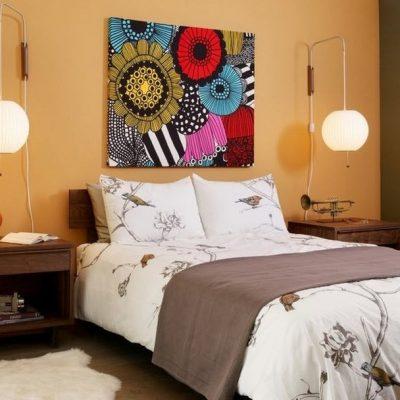 Украшение спальни картиной
