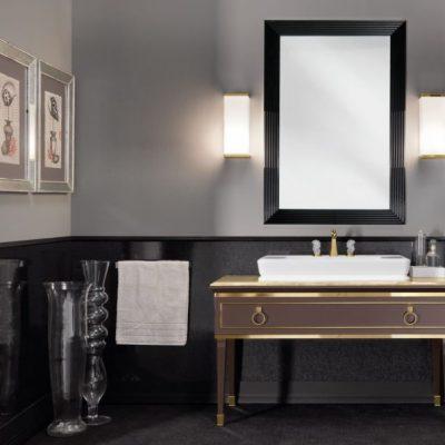 Квадратное зеркало над раковиной
