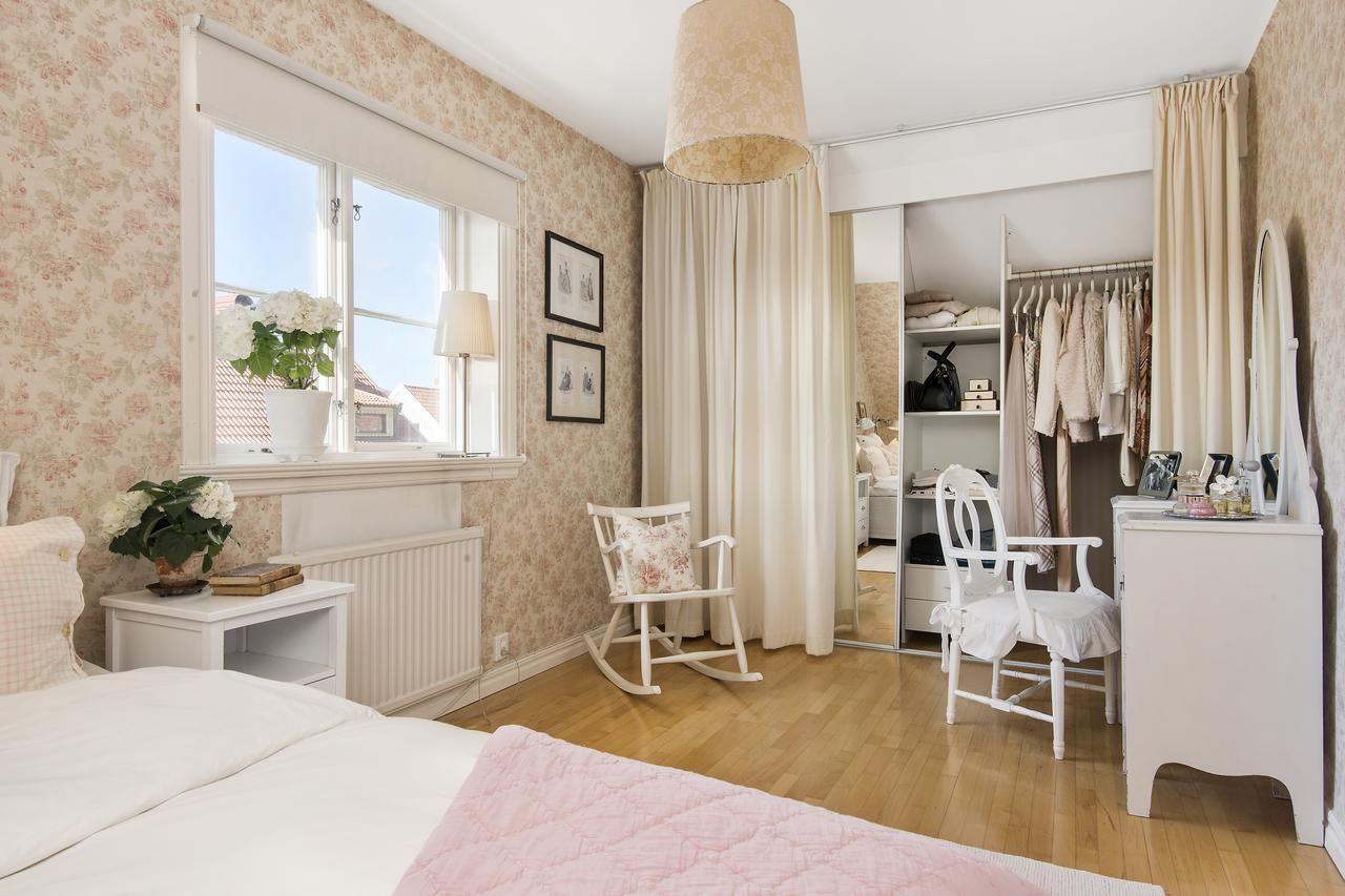 Уютная гостиная с использованием римских штор