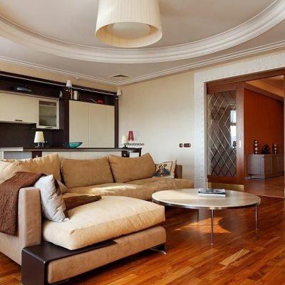 Угловой диван в помещении
