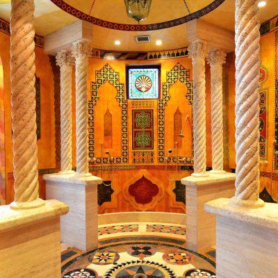 Марокко и статуи в интерьере