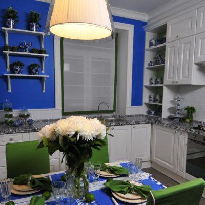 Ярко синяя кухня