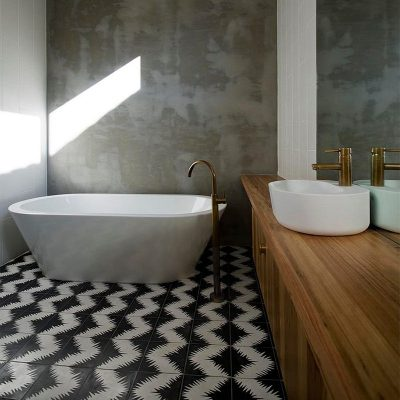 Ванна с душевой плитка в на полу