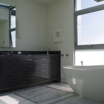 Оформление стены ванной комнаты