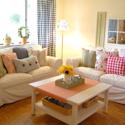 Яркие подушки в гостиной