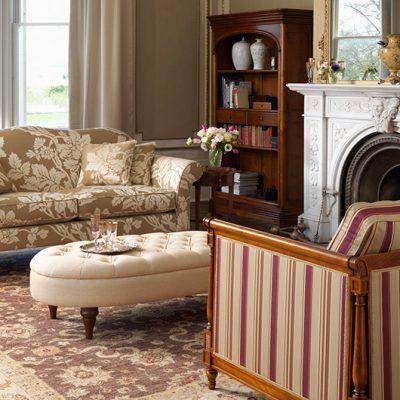 Кресло с диваном в гостиной