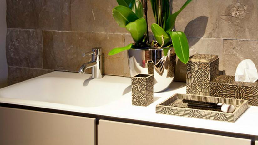 Цветы в ванной на раковине