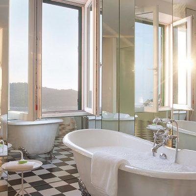 Большие окна в ванной