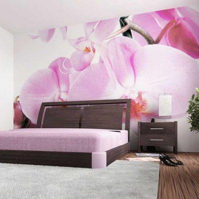 фотообои над кроватью в спальне с цветами