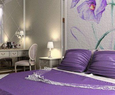 фотообои над кроватью в спальне с цветами фиолетовые
