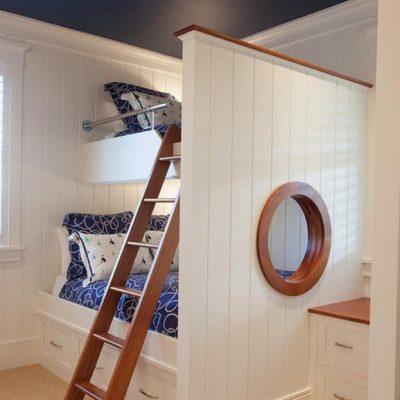Пример спальни для мальчика с морской тематикой на примере каюты