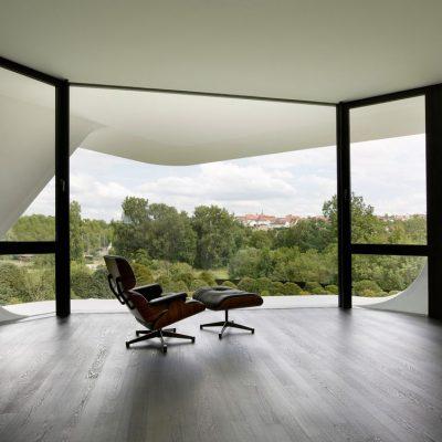 Огромное панорамное окно в гостиной