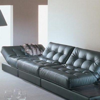 Кожа и черный диван
