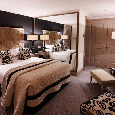Кровать в спальне на фото