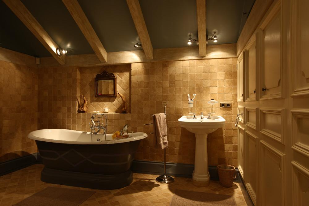 Темный интерьер ванной кантри