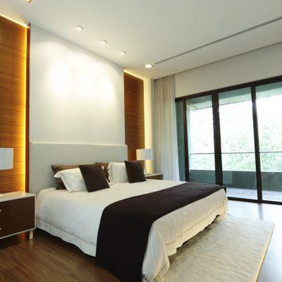 Панорамные двери в спальне