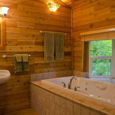 Дерево в ванной комнате кантри стиля