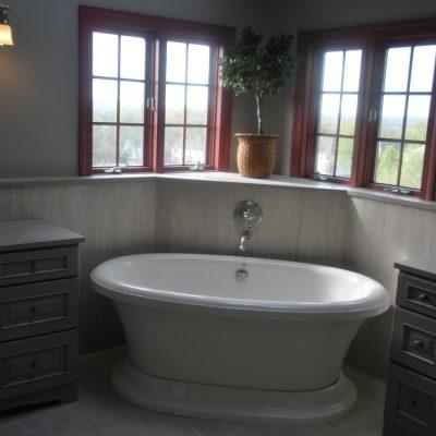 Темная угловая ванная