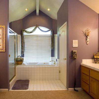 Фиолетовое оформление ванной