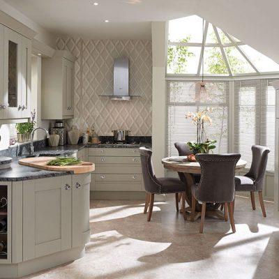 Кухня с освещением в белом цвете
