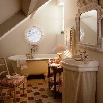 Нкбольшая ванная на мансарде прованс