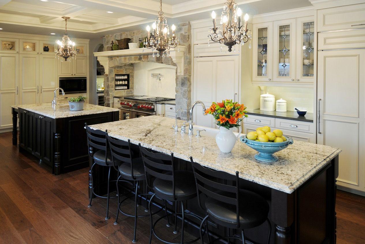 Яркие цветы украшают интерьер кухни