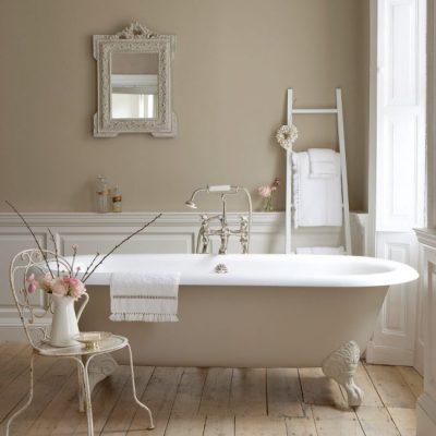 Бело-бежевая ванная в стиле прованс в ванной