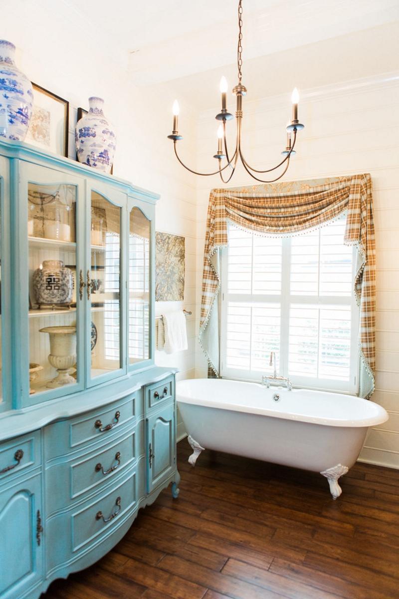 Винтжная мебель в ванной в стиле прованс