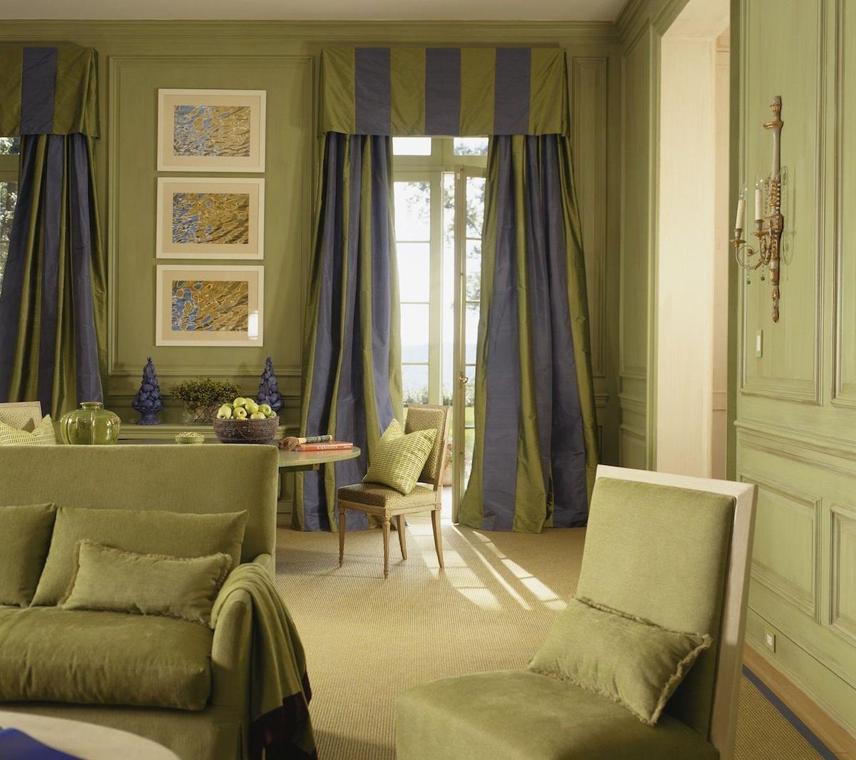 Горизонтальные полосы на шторах позволят визуально увеличить высоту потолка