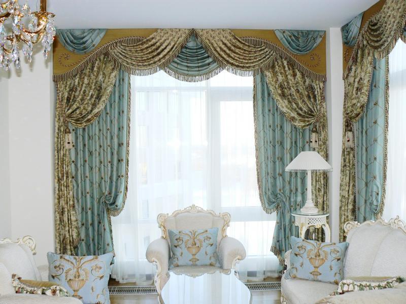 Чтобы зрительно увеличить высоту помещения, подхваты крепят выше середины портьерного полотна