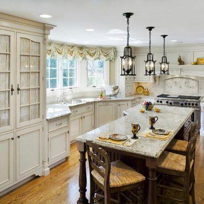 Узкая кухня в белых цветах