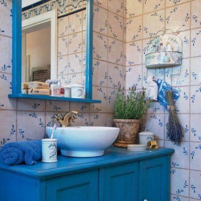 Голубая мебель в ванной в стиле прованс