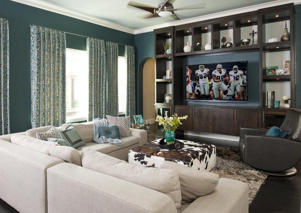 Большой бежевый диван сбалансирует цветовую гамму, сделав комнату более светлой