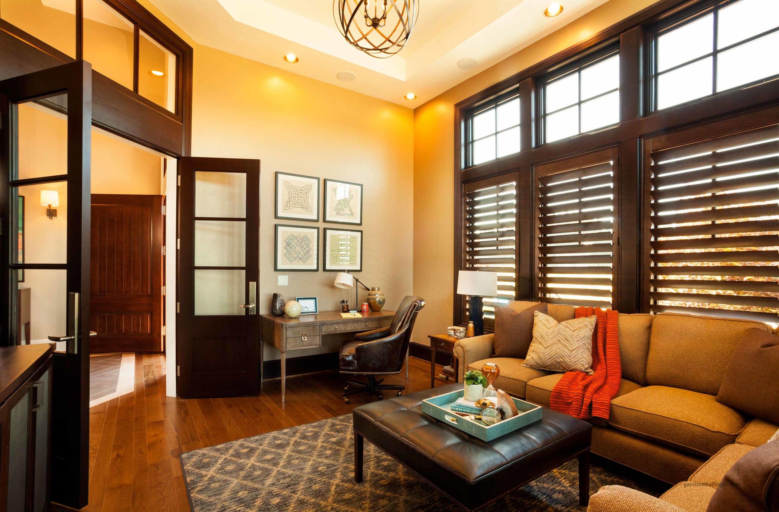 Хорошо смотрятся в гостиной в американском стиле деревянные жалюзи