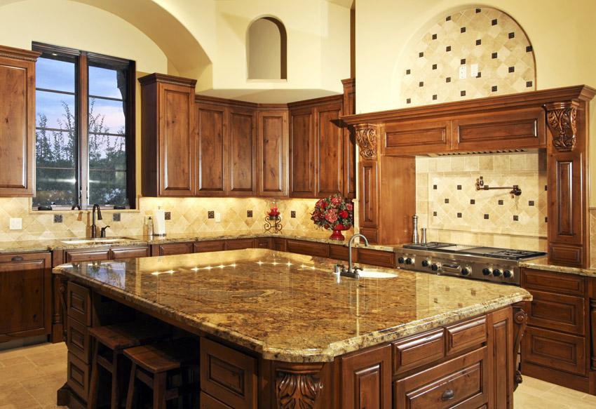 Мебель для классической кухни в итальянском стиле выглядит основательно и чаще всего выполнена из массива дерева