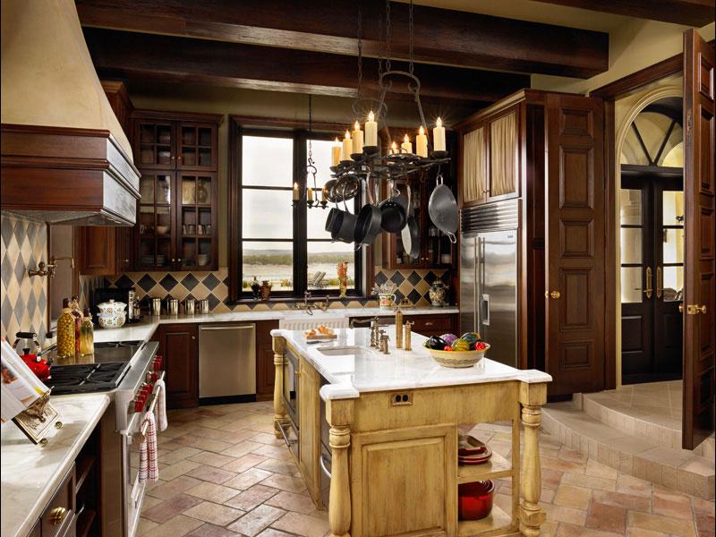 На кухне в итальянском стиле кухонную утварь принято выставлять напоказ