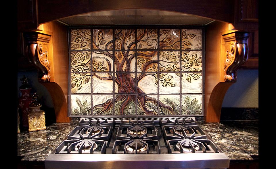 Фартук возле варочной панели или раковины может быть дополнительно украшен плиточной композицеей