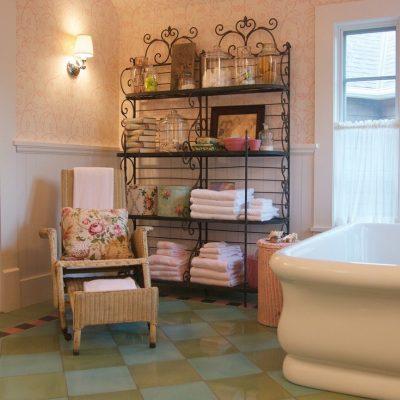 Изящная мебель в ванной в стиле прованс
