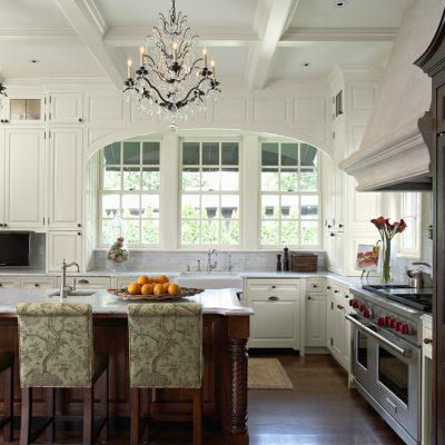 Интерьер кухни в классике с люстрой