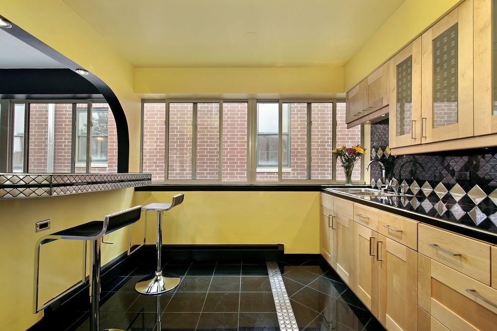 При оформлении потолка на кухне в ретро стиле можно выбрать краску, штукатурку или побелку