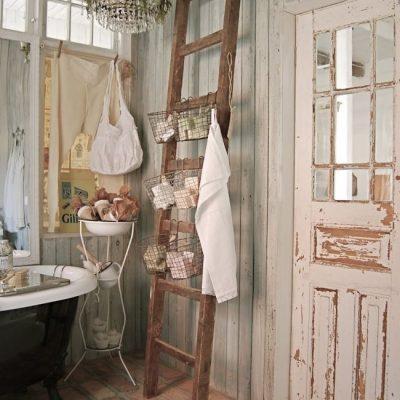 Лестница под ванные принадлежности в ванной в стиле прованс