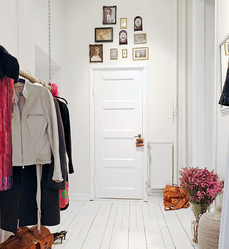 Сделать интерьер оригинальным и необычным можно с помощью старинных фотографий, размещенные над дверью