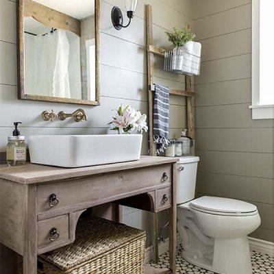 Деревянная мебель в ванной в стиле прованс