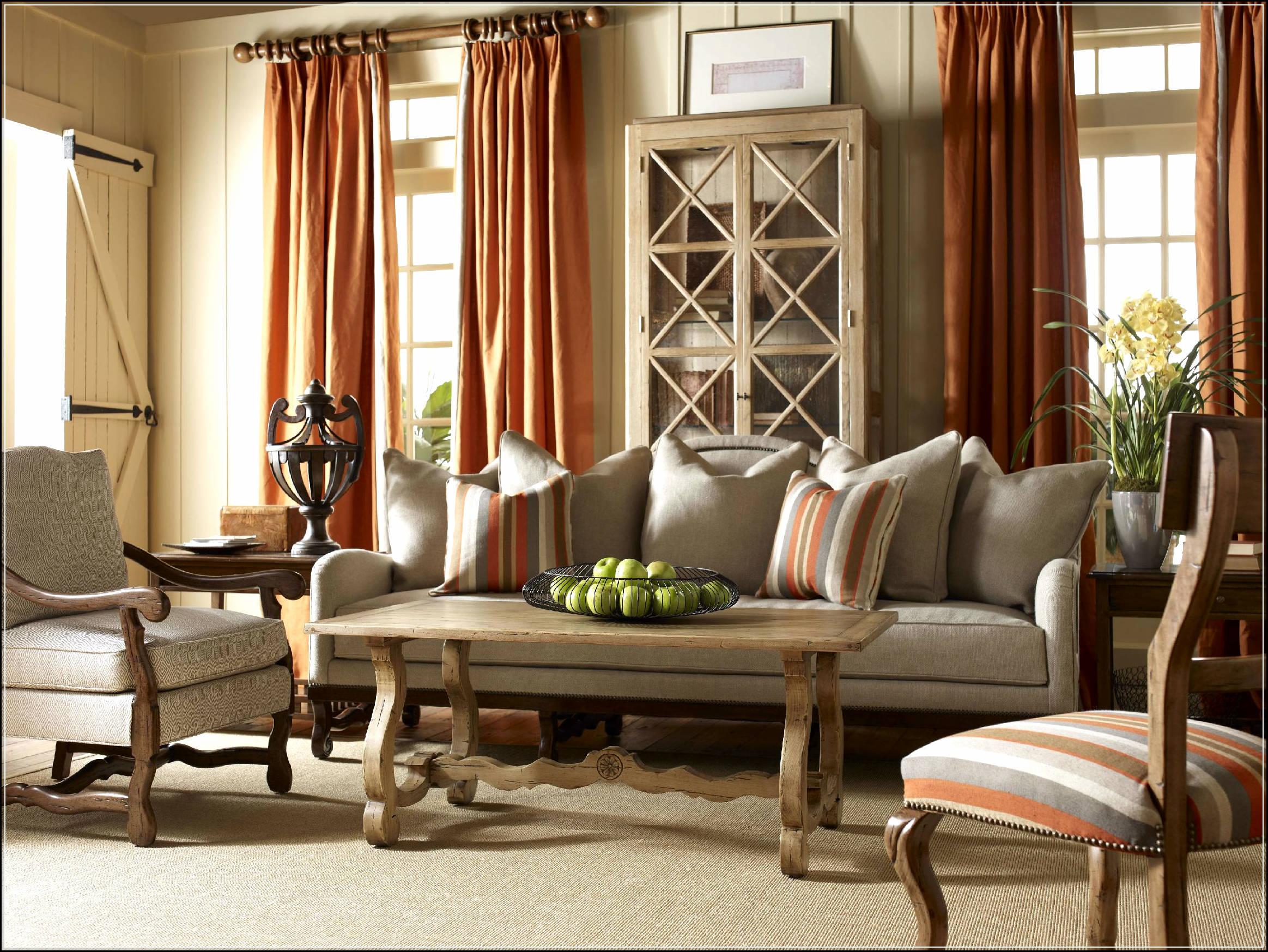 Карниз для штор в стиле прованс, как правило, имеет простую форму и выполнен из дерева или металла