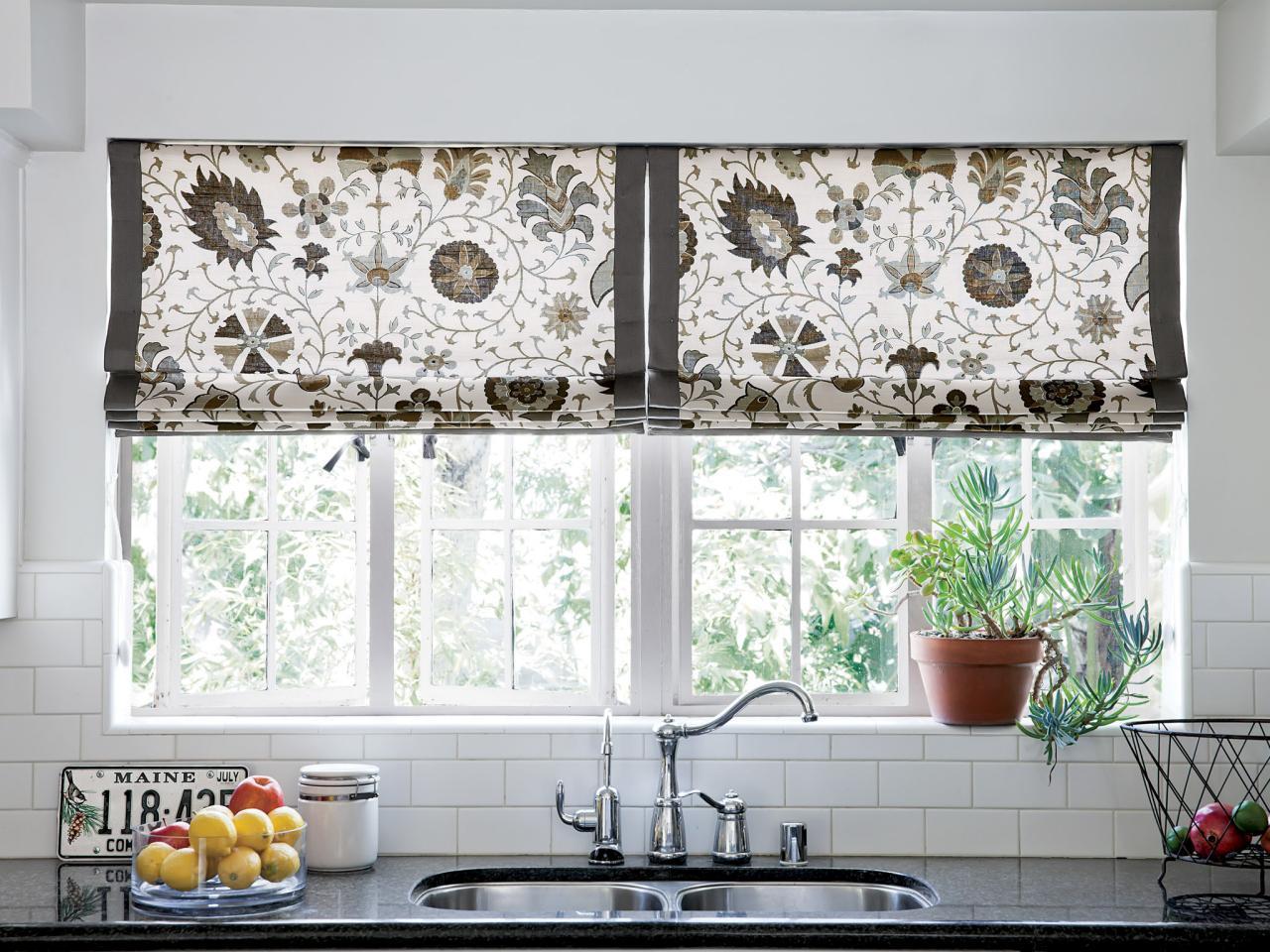Римские шторы идеальны для маленькой кухни