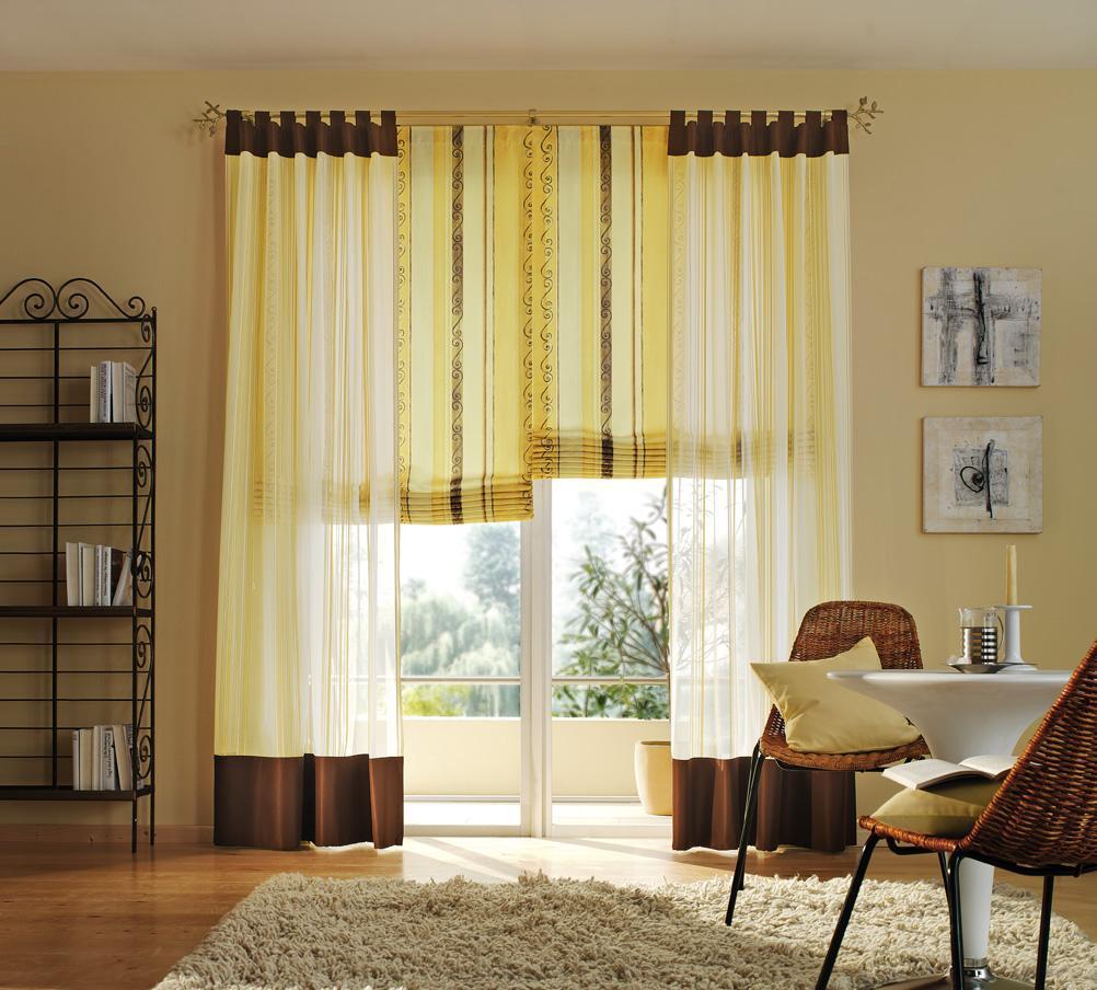 Римские шторы в сочетании с легкими гардинами желтого цвета как нельзя лучше подойдут для интерьера зала со слабым внешним освещением