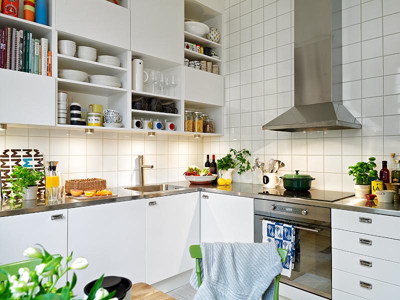 Практичность скандинавского стиля на кухне выражена в вместительных шкафах и встроенной бытовой технике