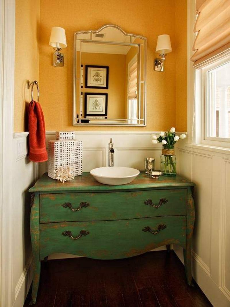 Состаренный комод в ванной в стиле прованс