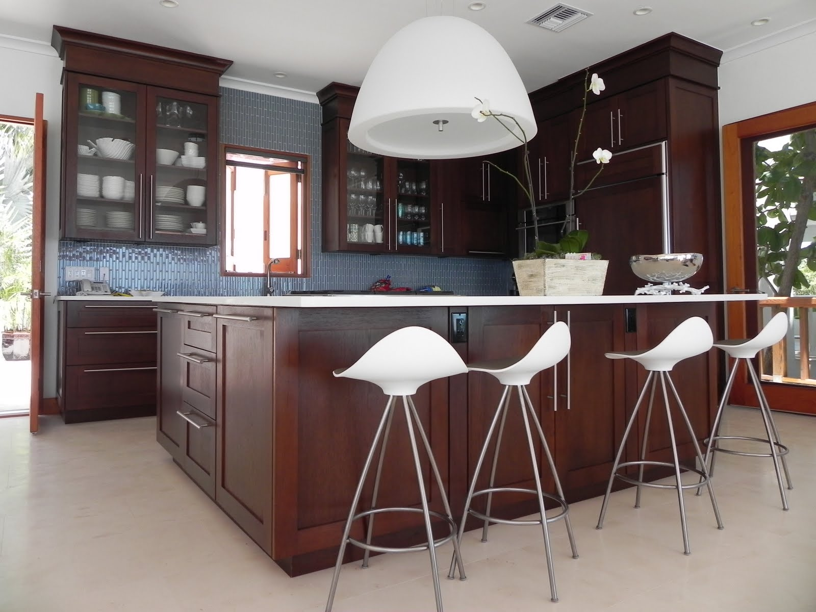 Современный рынок осветительных приборов позволяет подобрать люстру для кухни любого размера, формы и стиля, все зависит от предпочтений и особенностей помещения
